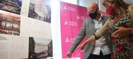 L'arquitecte Xavier Orteu i la cònsol major d'Andorra la Vella, Conxita Marsol, miren el projecte guanyador.