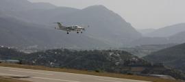 L'avió de verificació de vol aproximant-se a la pista d'aterratge de l'aeroport d'Andorra-la Seu d'Urgell el 7 de setembre passat.