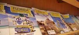Catàlegs de diferents destinacions en una agència de viatges.