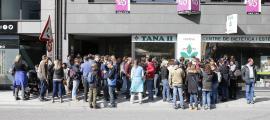 Els docents de primària del sistema educatiu francès es van concentrar davant de la delegació durant la vaga feta l'any passat.