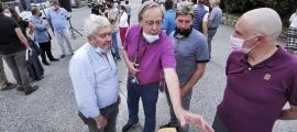 Un moment de la reunió de poble a la plaça de Bixessarri, ahir al vespre.