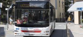 Un autobús que ofereix el servei de transport públic nacional.