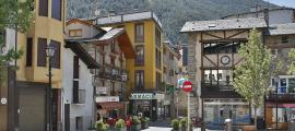 Alguns dels comerços que hi ha al poble d'Encamp.
