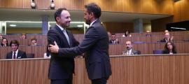 El cap de Govern electe, Xavier Espot, rep la felicitació del candidat del Partit Socialdemòcrata, Pere López.