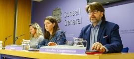 Eva López, Maria Martisella i Carles Naudi van presentar ahir el text de la proposició de llei de transparència i accés a la informació.