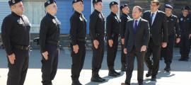 Francesc Tarroch i el ministre d'Afers Socials, Justícia i Interior, Xavier Espot, amb la nova promoció d'agents penitenciaris.