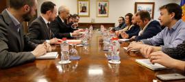 Un moment de la trobada entre l'executiu i els representants dels treballadors de l'administració.