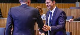 Gallardo saluda el conseller general socialdemòcrata, Joaquim Miró, abans de la primera sessió de control al Govern, ahir.