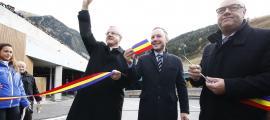 Joan-Enric Vives, Xavier Espot i Josep Mandicó en el moment de tallar la cinta per inaugurar la plataforma i el pàrquing, ahir.