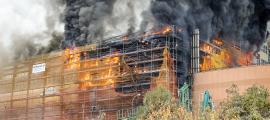 El foc es va originar a la façana dels Serradells, just on s'estaven fent actualment unes obres, i es va propagar molt ràpidament.