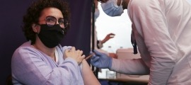 La ministra Judith Pallarés en el moment de rebre la vacuna.