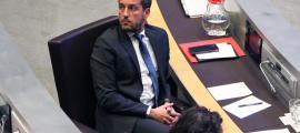 El president del grup parlamentari socialdemòcrata, Pere López, escolta la intervenció de Joan Carles Camp de Terceravia.