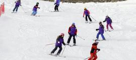Infants durant una classe d'esquí en una estació del país.