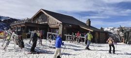Esquiadors al pla de la Cot, al sector de Pal.