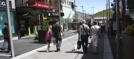 Turistes passegen pel carrer Major del Pas de la Casa.