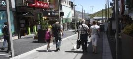 Turistes passejant pel carrer Major del Pas de la Casa.
