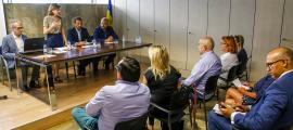 Un moment de la reunió entre l'AEAT i la ministra de Turisme, el ministre d'Ordenament Territorial i el cònsol major d'Encamp, ahir.