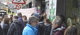 Els docents es van concentrar davant del Lycée i després es van desplaçar a la Delegació de l'Ensenyament Francès, ahir.