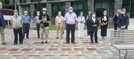 La plaça Lídia Armengol va ser el punt on els representants de les associacions de gent gran van fer públic el seu condol per les víctimes.