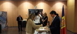 Conxita Marsol (En Comú per Andorra la Vella) votant davant del conseller liberal Víctor Pintos.