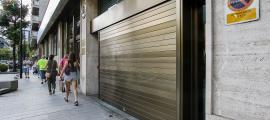 Des de l'ambaixada es va voler eliminar ahir mateix la pintada que va embrutar la porta de l'entrada a l'aparcament de la seu diplomàtica.