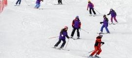 Un grup de joves en una jornada d'esquí escolar. Video: Diana Martin