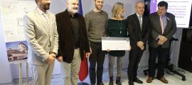 Els arquitectes guardonats amb el primer premi van rebre un xec de 5.000 euros de la mà del ministre Jordi Torres.