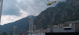 L'helicòpter va traslladar els rescatats de la muntanya a l'Estadi Nacional.
