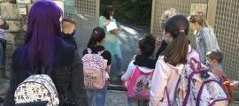 Els infants entrant en un centre educatiu el primer dia d'inici de curs.