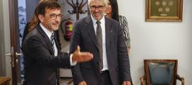 El ministre Jordi Cinca amb el director del Centre de Política Tributària i Administració de l'OCDE, Pascal Saint-Amans.