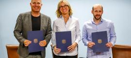 Marc Martos, Ester Fenoll i Carles Rodríguez en la signatura del conveni per a la integració a la Xarxa d'empreses inclusives.