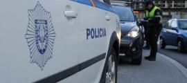 Agents de policia realitzant un control preventiu d'alcoholèmia.