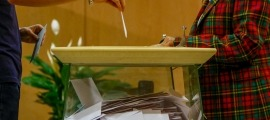 Una persona diposita el seu vot en les darreres eleccions generals.