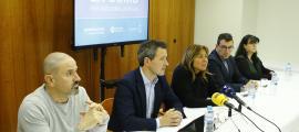 Conxita Marsol amb Gerard Estrella (L'A), David Astrié, Miquel Canturri i Meritxell Pujol (Progressistes-SDP), ahir.