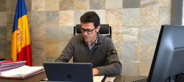 Josep Àngel Mortés treballant ahir al seu despatx del Comú d'Ordino.