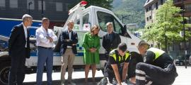 Els agents de circulació d'Andorra la Vella fan una demostració dels nous desfibril·ladors que s'han instal·lat, ahir.