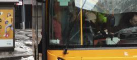 Un autobús que realitza el servei de transport públic nacional.