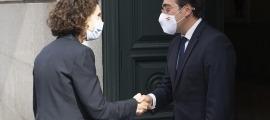 La ministra d'Afers Exteriors, Maria Ubach, dona la mà al seu homòleg, José Manuel Albares.