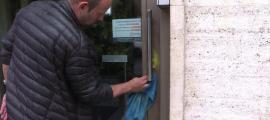 Un operari acabant d'esborrar ahir al matí les restes de les pintades a la façana.