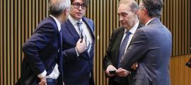 Carles Naudi amb el cap de Govern, Antoni Martí, el síndic, Vicenç Mateu, i el president del grup mixt, Josep Pintat, al Consell General.