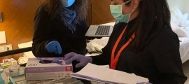 Voluntaris de la Creu Roja en un dels hotels amb padrins.