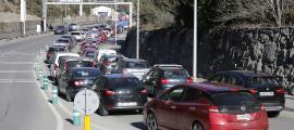 Vehicles aturats per sortir del país.