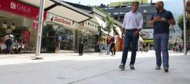 El conseller d'Urbanisme i Serveis, Josep Ramon Tudel, i el cònsol menor, Marc Calvet, a l'avinguda Carlemany, ahir.
