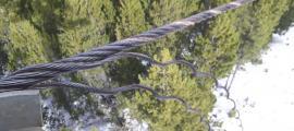 Un cable d'un dels remuntadors de Pal que van ser danyats.
