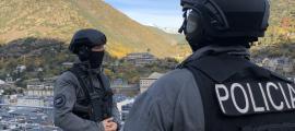 Agents de policia en la formació de pilotatge del dron.
