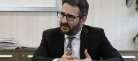 El ministre de Finances, Eric Jover, al seu despatx en un moment de l'entrevista.