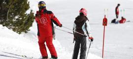 Una monitora durant una classe d'esquí.