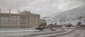 Imatge del Pas de la Casa amb uns pocs vehicles estacionats ahir al migdia.