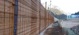 La malla electrosoldada que s'ha començat a instal·lar per reforçar el mur de taulons a la zona de la Portalada.