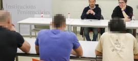 Pere López i Roger Padreny durant la reunió mantinguda ahir amb els interns del centre penitenciari.